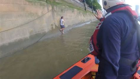 thames river jump man rescued after jumping into river thames to rescue