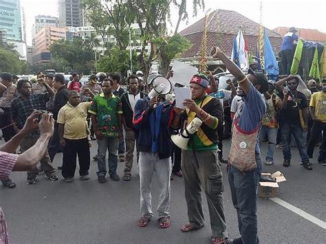 jokowi membuat pohon natal mahasiswa sebut penembakan warga papua quot kado quot natal jokowi