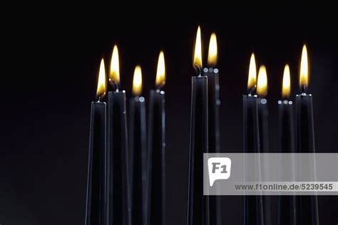 schwarze kerzen up of brennende schwarze kerzen lizenzpflichtiges