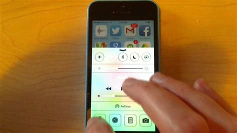 how to turn on iphone 5 flashlight