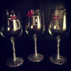 Decorating Glass With Glitter by Best 25 Decorated Wine Glasses Ideas On