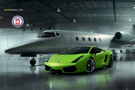 Green Lamborghini Gallardo Looks Stunning Alongside