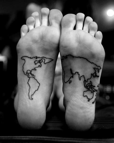 Pequeño tatuaje de un mapamundi en la planta de los pies