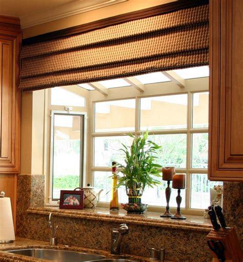 kitchen bay fenster fensterbank deko mit pflanzen die einen kleinen garten