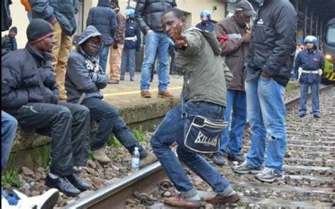 stazione dei treni pavia pavia protesta degli immigrati in stazione treni
