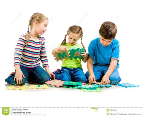 imagenes de unos niños jugando los ni 241 os est 225 n jugando cartas imagenes de archivo