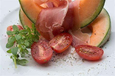 melone mit schinken anrichten rezeptidee melone mit serrano schinken gute rezepte der