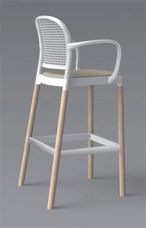 sgabelli immagini sgabello in legno con braccioli per cucina moderna idfdesign