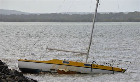 boat mooring moreton bay high winds lash moreton bay boats break their moorings