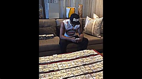 mayweather money stack floyd mayweather flaunts his stack of money youtube