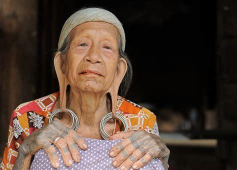tato dayak kaltim suku dayak kenyah kalimantan pesona indonesia adventure