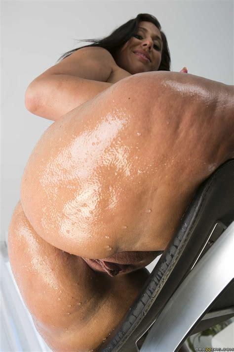 Voluptuous Brunette Is Showing Her Huge Ass Photos