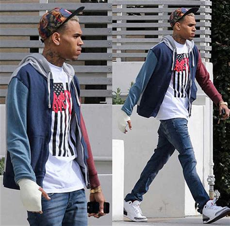 Chris Brown Wardrobe by Photo Chris Brown Rocking A Cast
