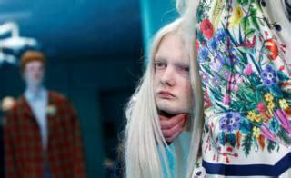 Dress Bayi Relpict model menjinjing kepalanya sendiri fashion show apa ini indonesia