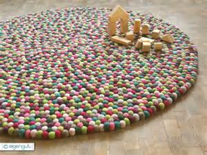 teppich aus filzkugeln teppiche filzteppich aus hunderten bunten filzkugeln