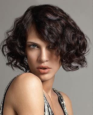 diversi tipi di permanente riccia capelli scalati capelli corti mossi capelli ricci corti
