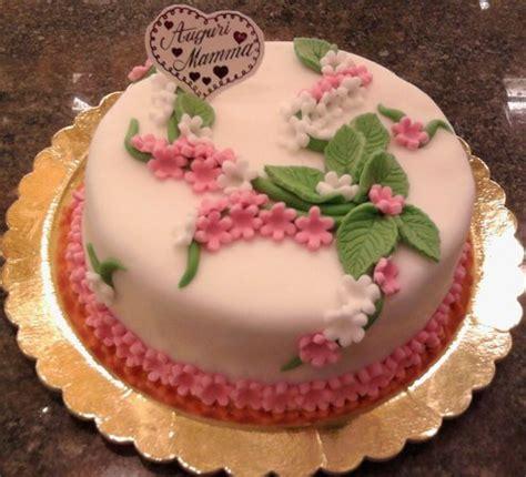 torte decorate con fiori di pasta di zucchero torta decorata con pasta di zucchero foto di pasticceria