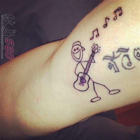 男生大腿上黑色几何线条创意吉他和卡通人物纹身图片