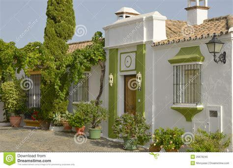 imagenes de casas verdes casa pintada en blanco y verde imagen de archivo imagen