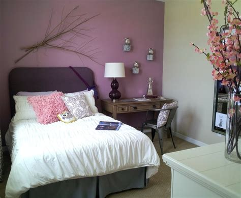 plum farbigen schlafzimmer ideen bedroom in thistle purple and agreeable gray interiors