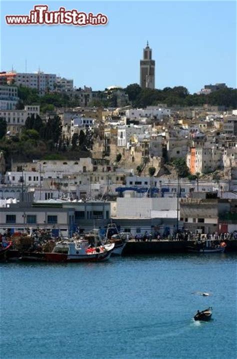 citta e porto marocco medina e porto di tangeri in marocco il porto foto