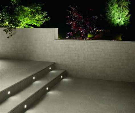 illuminazione terrazzo led degli scalini illuminati da faretti led a incasso