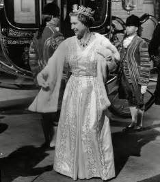 High glamour queen elizabeth ii arrives with coach for state opening