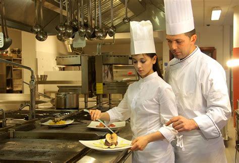 offerte di lavoro cameriere vitto e alloggio cercasi aiuto cuoco a in inghilterra con vitto e alloggio