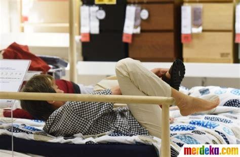 Kasur Di Toko Jempol foto kelakuan konyol warga china tidur seenaknya di kasur toko perabot merdeka