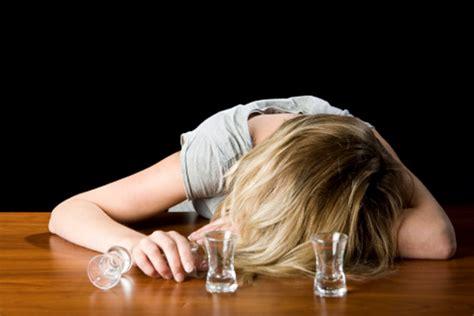 ragazzina scopa nel bagno della scuola cronaca si ubriaca con la vodka nei bagni della scuola