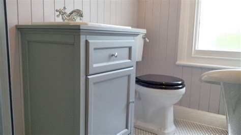 traditional vanity unit and coupled wc