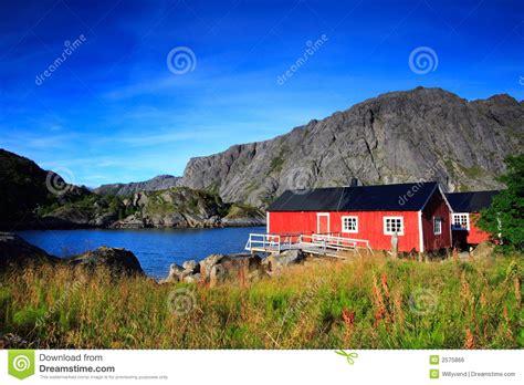 huis kopen noorwegen noorse rode huizen stock foto afbeelding bestaande uit