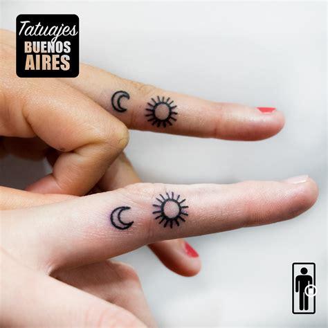 imagenes tatuajes para hermanas tatuaje sol y luna en los dedos tattoos minimalistas para