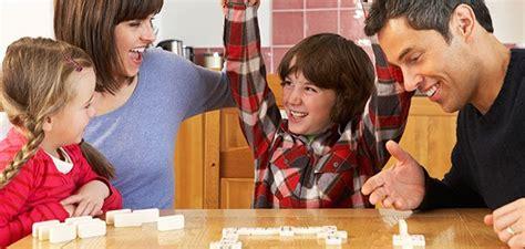 imagenes de niños jugando con sus padres jugar en casa con los ni 241 os