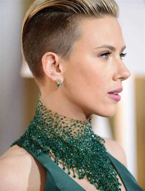 why scarlett johansson cut hair scarlett johansson haircut at oscars 2015 actress goes