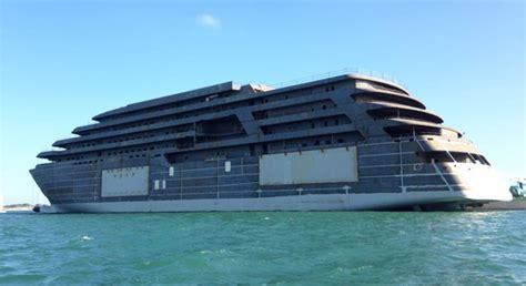 Salamah Maxi fa sosta nel porto di chioggia il mega yacht in