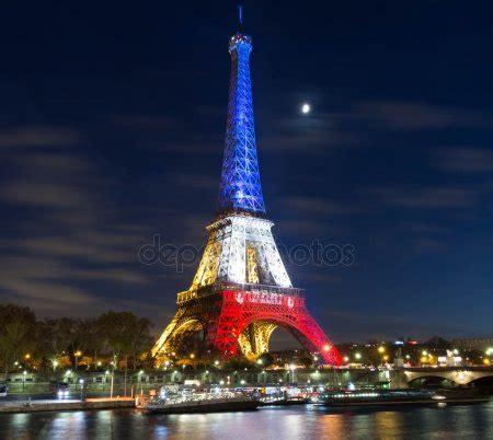 torre eiffel di notte illuminata la torre eiffel di sera parigi francia foto editoriale