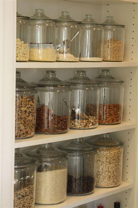 como organizar os mantimentos nos armarios da cozinha