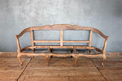 divano vecchio fusto di un vecchio divano in stile anni 20 la centrale