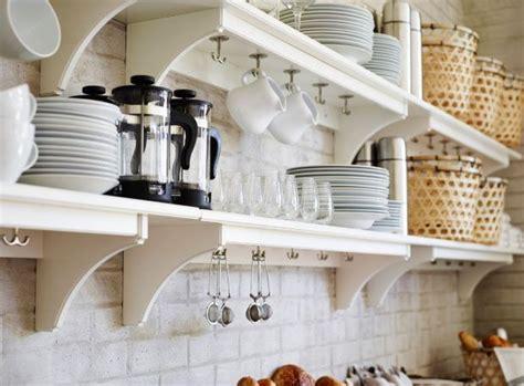 ikea piatti e bicchieri lattiere bicchieri piatti e tazze sulle mensole bianche