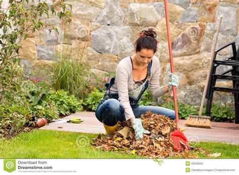 scopare in giardino il rastrellamento della giovane donna lascia la veranda