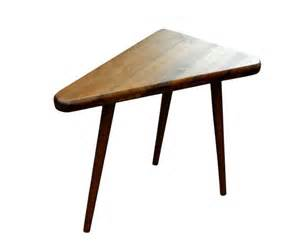 dreieckiger tisch ikea mid century inspired triangle side table by orwadesigns on