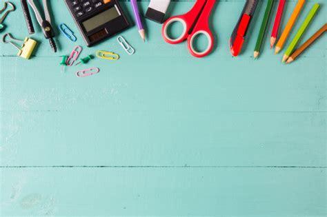 imagenes de fondo utiles escolares school supplies stationery accessories on wood background
