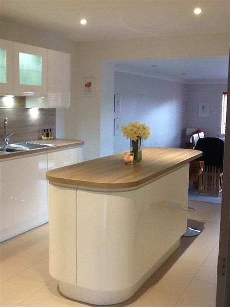 glossy lacquer with natural wood kitchen design vitrea white gloss and wood contrast kitchen