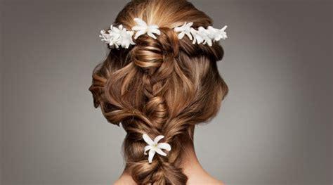 Hochzeitstorte Undone by Brautfrisuren Mit Blumen Floraler Chic F 252 R Die Haare