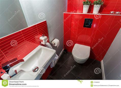 Rote Fliesen Bad by Rote Fliesen In Der Zeitgen 246 Ssischen Toilette Stockfoto