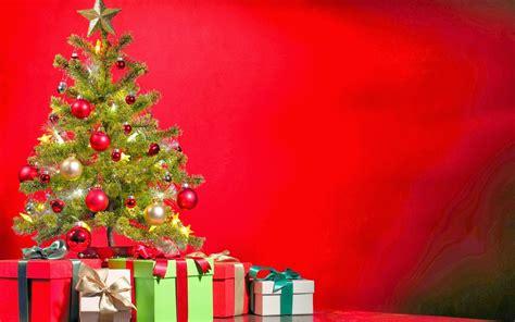 arbol de navidad y regalos sobre fondo rojo la casa grande