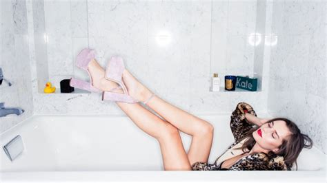 how to turn your bath into a workout coveteur bloglovin