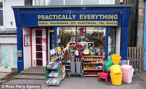 diy store shopkeeper leaves deserted store open on boxing day with