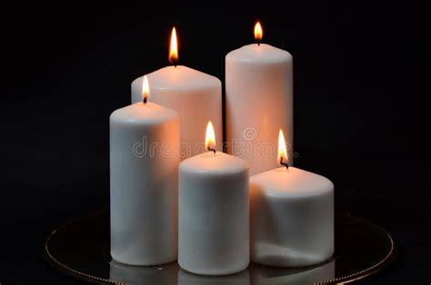 candele bianche grandi candele bianche sul nero immagine stock immagine
